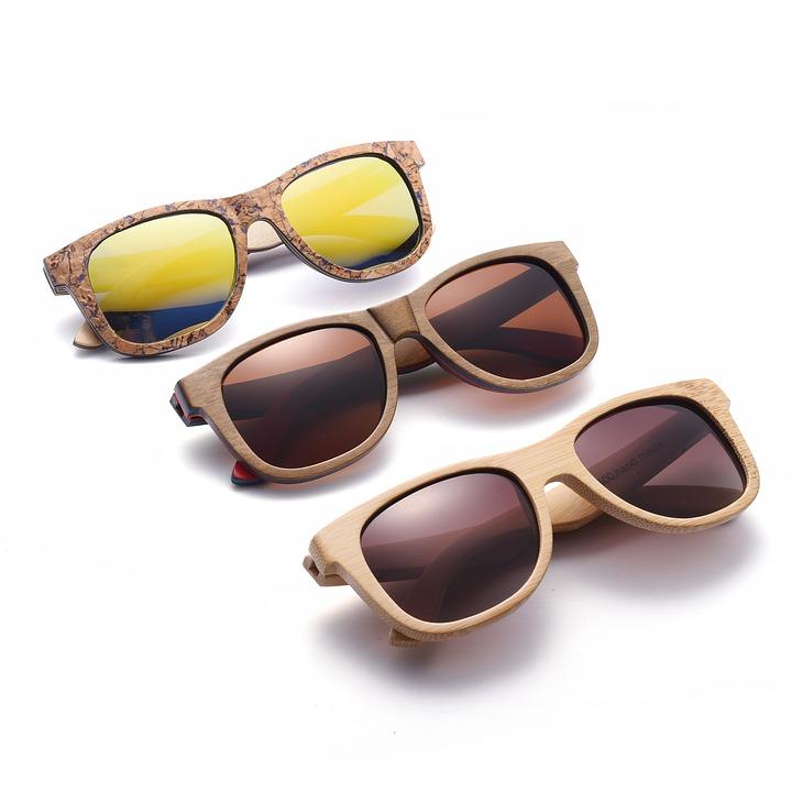 Tres gafas de madera diferentes