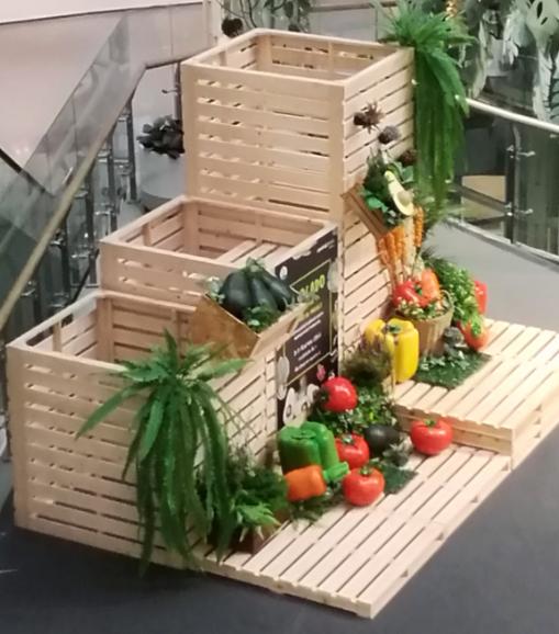 cajas de madera decorando el rincón de un centro comercial