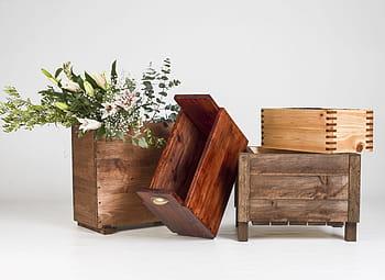 cajas de madera decorando un espacio