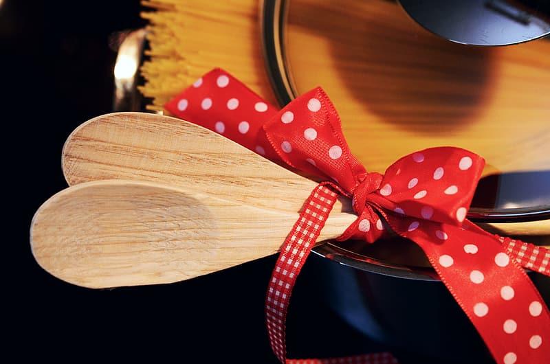 Cucharas de madera con un lazo rojo de lunares