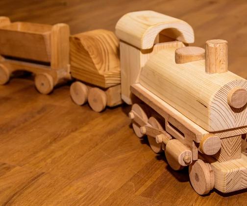 Juguete de madera con forma de tren
