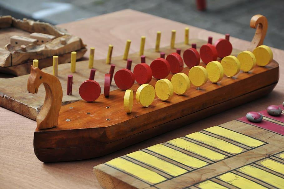 Juguetes de madera antiguo con forma de barco vikingo