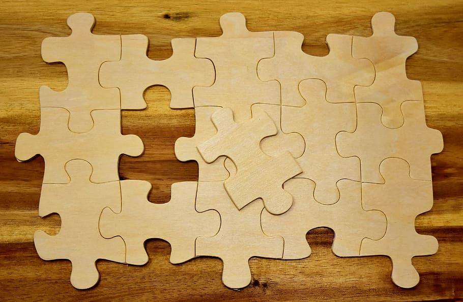 puzzle de madera en blanco