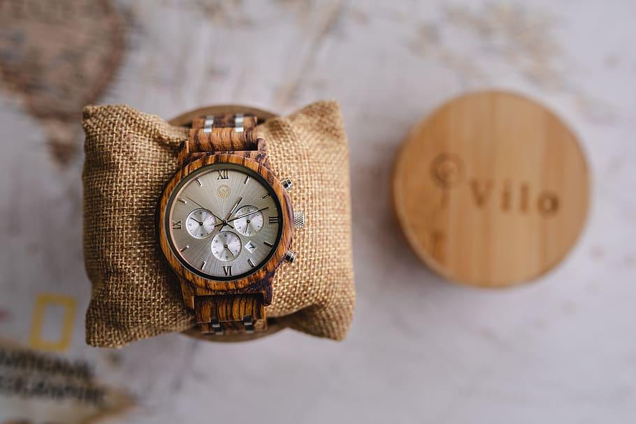 reloj de pulsera de madera de zebrano en primer plano